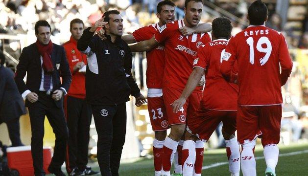 Los jugadores del Sevilla celebran el primer gol