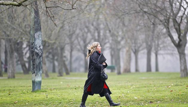 Una mujer pasea por la Vuelta del Castillo.