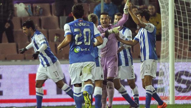 Carlos Vela (izda.) celebra su primer tanto ante las protestas de jugadores del Granada