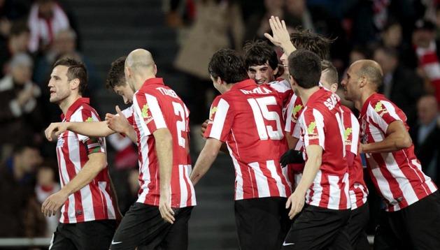 Los jugadores del Athletic celebran el gol del navarro Mikel San José