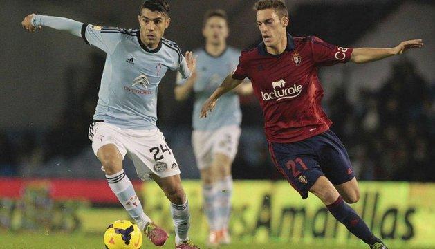 Roberto Torres disputa la pelota en Balaídos