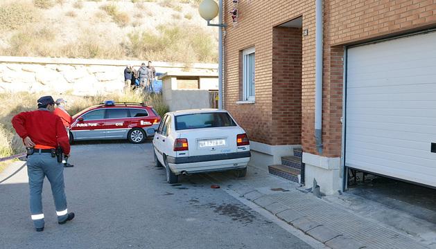 Agentes de la Policía Foral, ante la bajera en la que se ha producido el suceso.