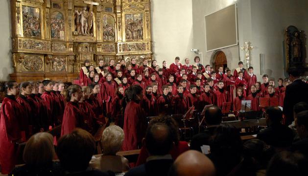 Los alumnos del coro Rey Sancho en la iglesia de Santa María de Tafalla