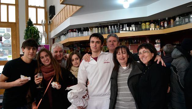 Dos premiadas, derecha, celebran el premio junto a sus familiares en el bar Endika