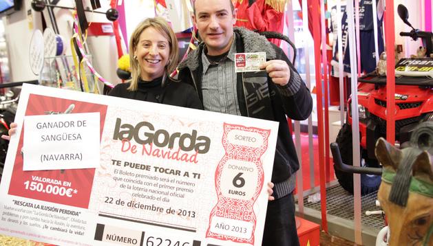 Javier Landarech, con su boleto premiado, junto a Rosana Montorio