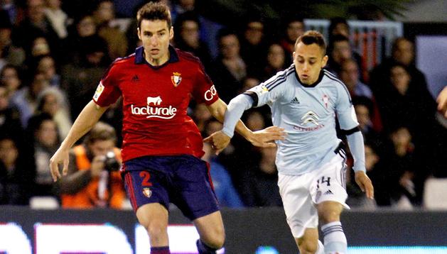 Marc Bertrán conduce ante la presión del jugador del Celyta Orellana