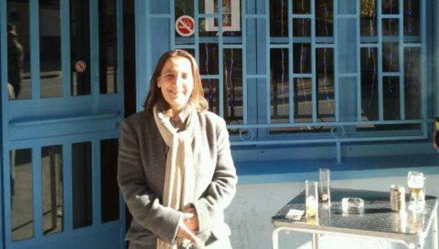 Isabel Fernández, vecina de Noáin desde hace 22 años, celebrando el premio por el boleto que compró su marido