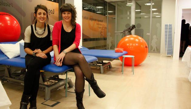 Paola Amaia Lobato García e Irati Lizarraga Pello, ayer, en la inauguración de su nueva clínica