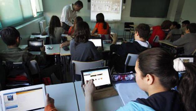 Alumnos usan un ebook