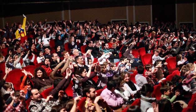 Unos niños asisten a una representación teatral en el Gayarre