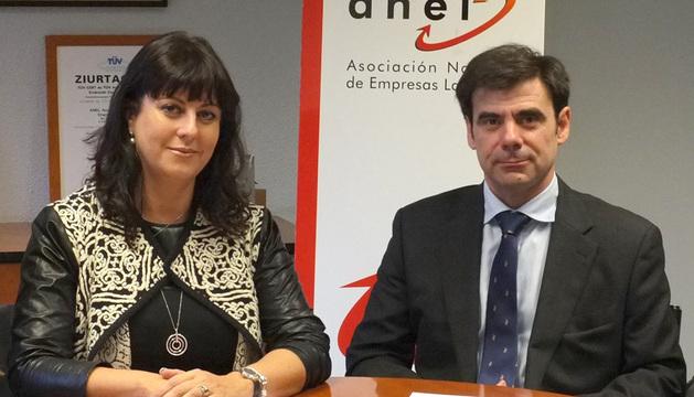 Ignacio Ugalde y Natalia Fernández firmando el acuerdo.