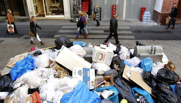 Montón de basura en una céntrica calle de Málaga