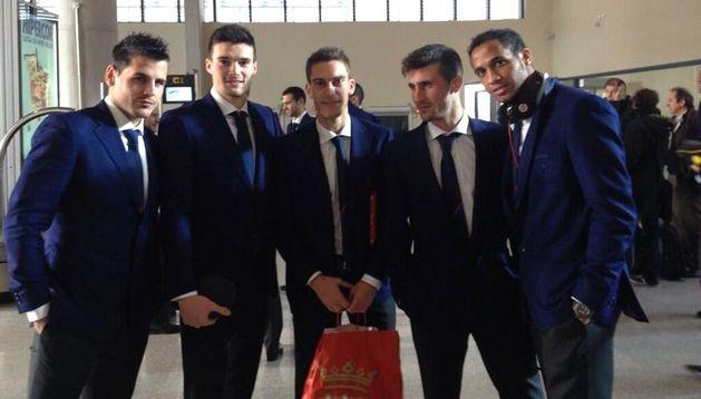 De izda. a dcha., Jon Echaide, Eneko Satrústegui, Roberto Torres, Oier Sanjurjo y Mnu Onwu, en el aeropuerto de Noáin