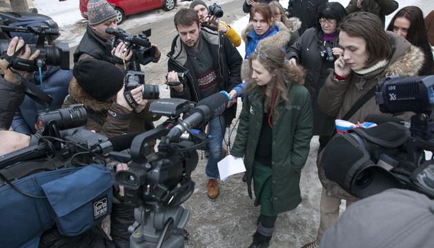 Maria Alyokhina, rodeada de periodistas tras quedar en libertad