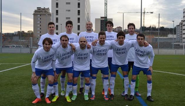 Los jugadores del Burladés, con las camisetas de apoyo al fisioterapueta