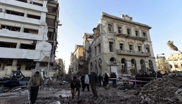 Miembros de las Fuerzas de Seguridad inspeccionan el lugar donde se ha producido una explosión en Dakahliya.