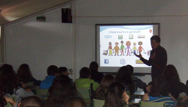 Un agente imparte una charla en un centro educativo.