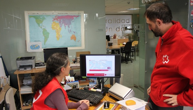 Esperanza Ursua y Rafael Huarte, delegados de Cruz Roja Navarra.