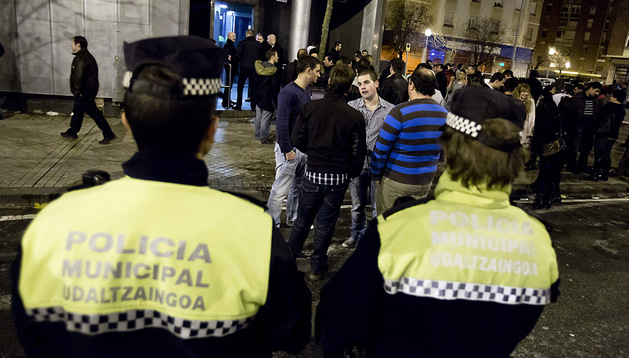 Agentes de la Policía Municipal de Pamplona, en una actuación de control de aforos realizada en diciembre de 2012