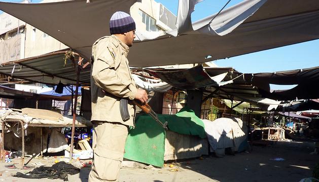 Un soldado vigila en la entrada de un mercado en Dora, donde tres artefactos explotaron este miércoles 25 de diciembre