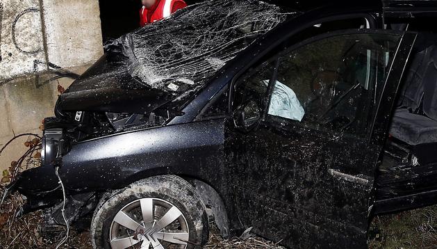 El vehículo en el que viajaba la familia herida se empotró contra una esquina del edificio