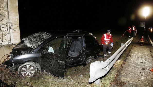 Efectivos de la Policia Foral realizan el atestado del accidente de tráfico ocurrido en el término municipal de Lizoain