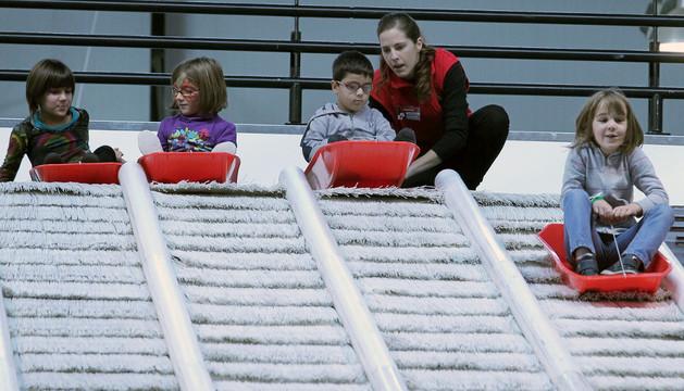 Varios niños en un tobogán en Navipark de 2012