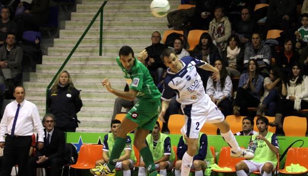 Carlitos pugna por la pelota en el duelo ante el Ríos Renovables
