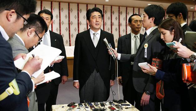 El primer ministro japonés, Shinzo Abe, da explicaciones sobre la polémica visita