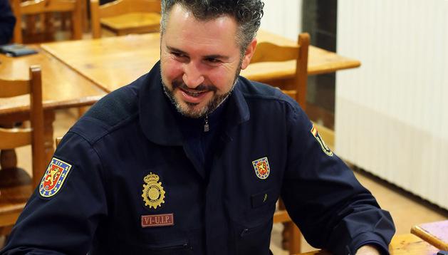 Antonio Ferreira Diéguez, orensano de 47 años, ayer,  de servicio, junto a la información del accidente de Lizoáin