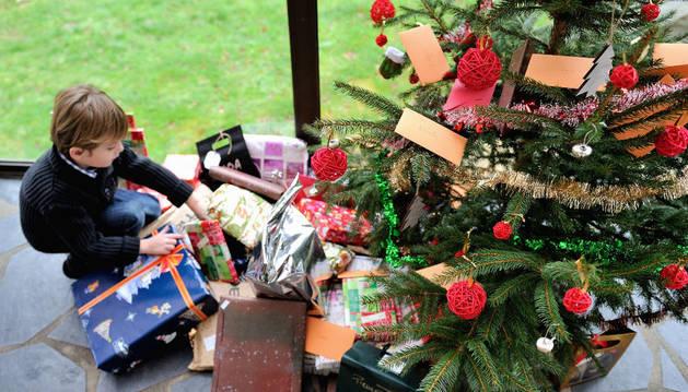 Un niño con regalos de Navidad en 2013 en Dinan, Francia.