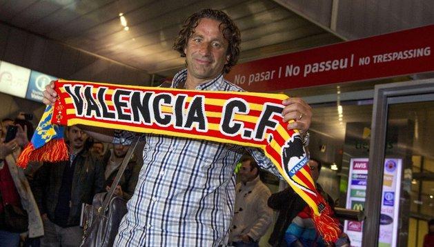 Pizzi posa con la bufanda del Valencia en el aeropuerto