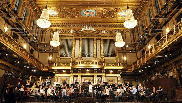 El pianista argentino-israelí Danil Barenboim (centro), dirige a la orquesta vienesa durante el ensayo del Concierto de Año Nuevo 2014