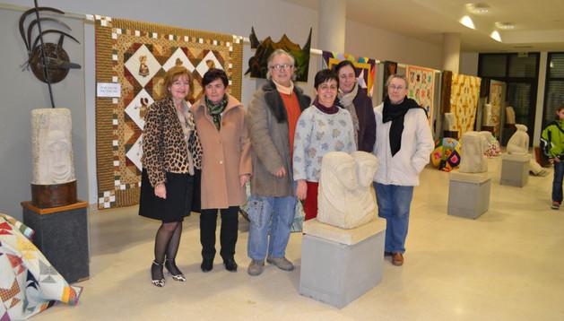 Desde la izquierda,  Rosario Baños López, Maite Palacios Hidalgo, Pablo Nogales López, Mª Mar Baños Maeztu, y Olga y Raquel Baztán Maeztu junto a las piezas de la exposición