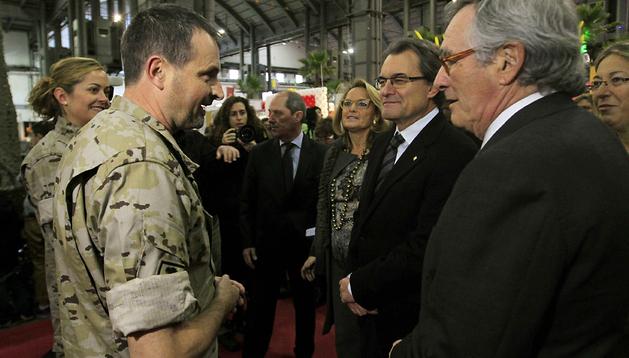 El presidente de la Generalitat, Artur Mas (2º por la dcha.), acompañado de su esposa Helena Rakosnik (3ª por la dcha.), y del alcalde de Barcelona, Xavier Trias