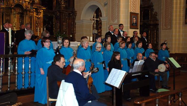 Instante de la actuación del Orfeón Virgen del Villar de Corella tras la lectura del pregón de Navidad