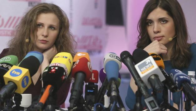 Las activistas del grupo Pussy Riot Maria Alyokhina (izda.) y Nadezhda Tolokonnikova (dcha.) este viernes en Moscú