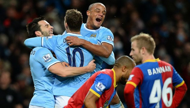 Dzeko celebra el gol con sus compañeros.