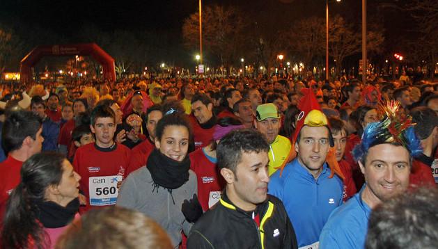 Los corredores, antes de tomar la salida de la San Silvestre de Pamplona de 2012