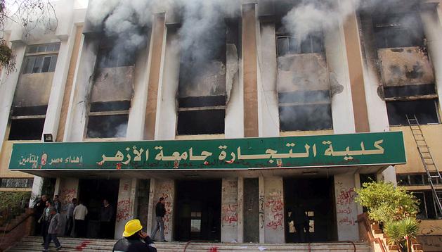 Un edificio de la universidad arde durante las protestas