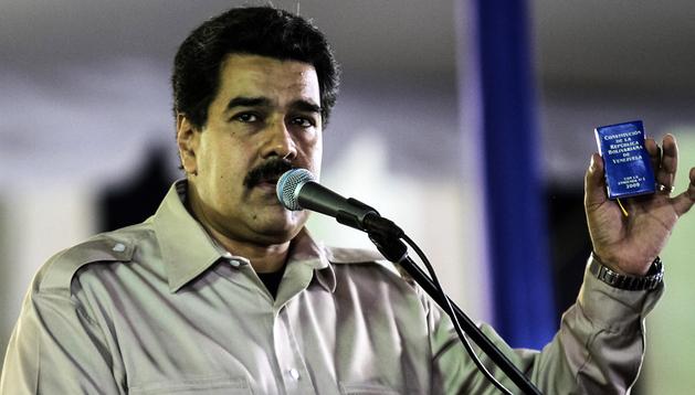 Una fotografía cedida por Prensa de Miraflores muestra al presidente de Venezuela, Nicolás Maduro, hablando durante un acto militar