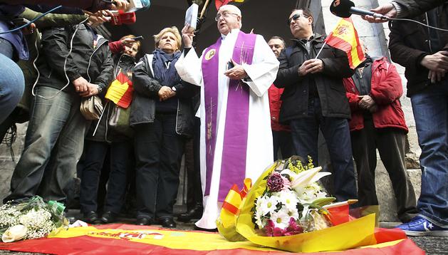 La presidenta de la Asociación de Víctimas del Terrorismo (AVT), Ángeles Pedraza (centro), durante la ofrenda floral en homenaje a las víctimas de ETA en Arrasate