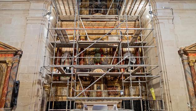 La cúpula ya restaurada con el andamio, retirado este jueves, todavía tapando el retablo