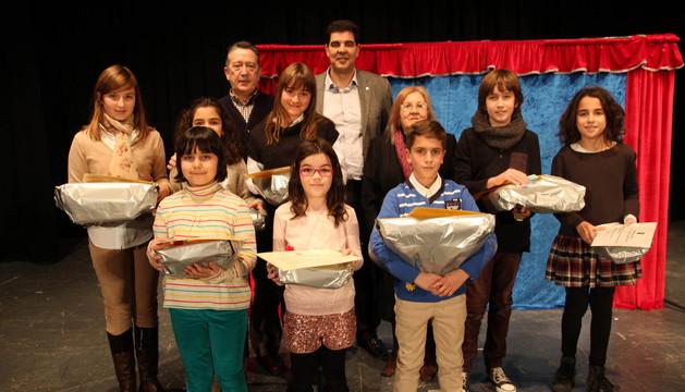 Los niños que acudieron a recoger sus premios con el alcalde, Luis Casado, Fernando Inaga y Mª Jesús Pérez