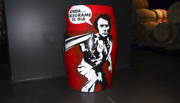 Una de las barricas pintadas a mano, con Clint Eastwood