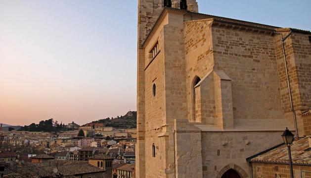 La iglesia de San Pedro de la Rúa, con Estella al fondo