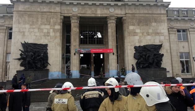 Bomberos en la estación de tren de Volgogrado, en Rusia, tras el atentado