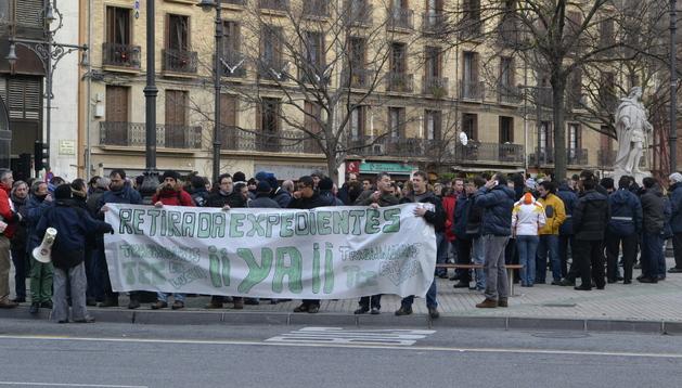 Trabajadores de TCC concentrados frente al Parlamento foral.