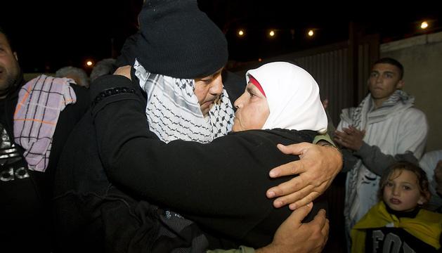 El preso palestino Bilal Abu Hussein abraza a su madre tras ser liberado.
