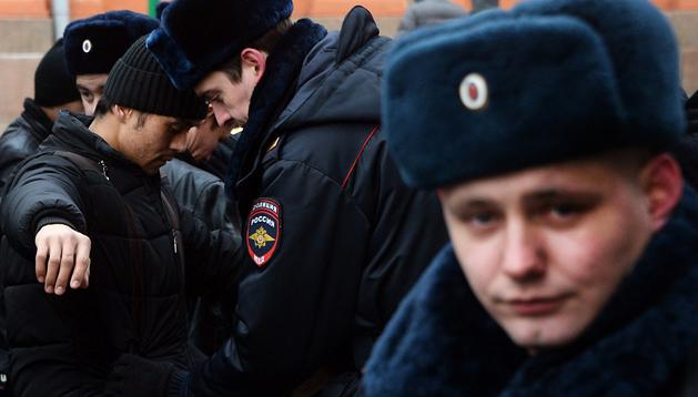 Guardias revisan a los visitantes de la Plaza Roja de Moscú